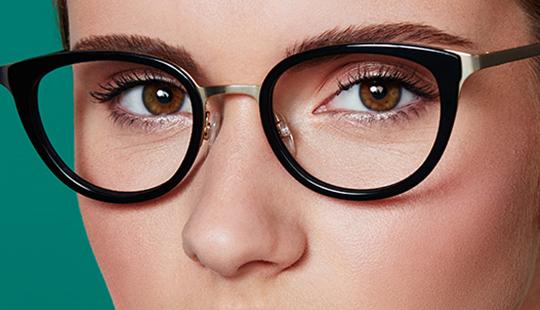 d6a03314bb Comment se maquiller lorsqu'on porte des lunettes | Jean Coutu