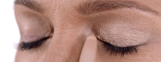 Start off by applying some cream eye shadow on your upper eyelid.
